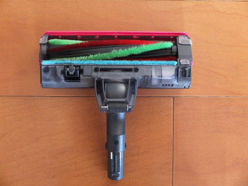 ↑EC-A1Rのヘッドの裏側。柔らかめの緑のブラシと硬めの赤のブラシがらせん状に配置されている、オーソドックスな構造です。硬い吸い込み口の幅は191mm。ブラシ専用モーターを装備