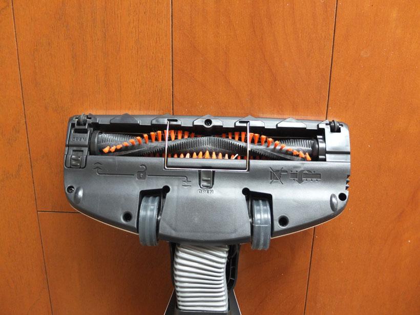 #写真15 ヘッドの裏側 ↑ZB3234Bのヘッドの裏側。硬質なブラシとブラシ専用モーターを搭載しており、これでカーペットのゴミも強力にかき取ります。吸い込み口の幅は207mmです