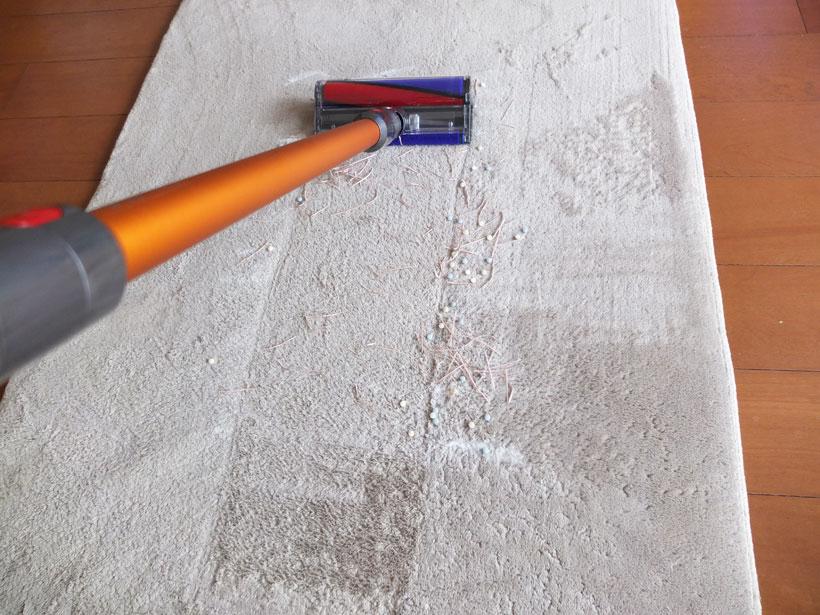 ↑カーペットの真ん中を掃除したところ。タブレットはほぼ完璧にかき取っている一方、紙ゴミの取り残しが目立ちます