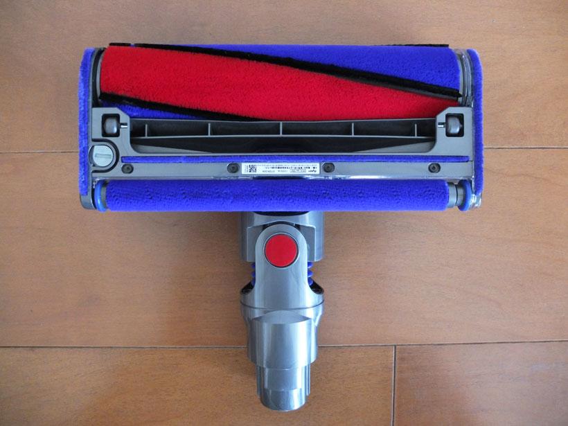 ↑dyson V8 Fluffyのヘッド裏面。赤と青の部分がフェルト地のソフトローラーで、その間黒い部分がカーボンファイバーブラシ。ヘッドのほぼ全幅サイズでローラーが設置されており、ゴミを逃さずとらえる。吸い込み口の幅は228mm。ヘッドにはソフトローラークリーナーヘッド専用モーターが搭載されています