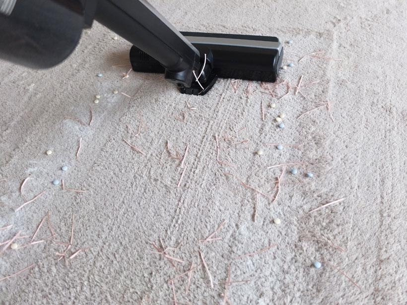 ↑ゴミの真ん中をまず走行。ヘッドの後ろに紙ゴミが残っています。タブレットはきれいに取れているように見えますが、実はヘッド前方に吸えなかったタブレットが固まっています