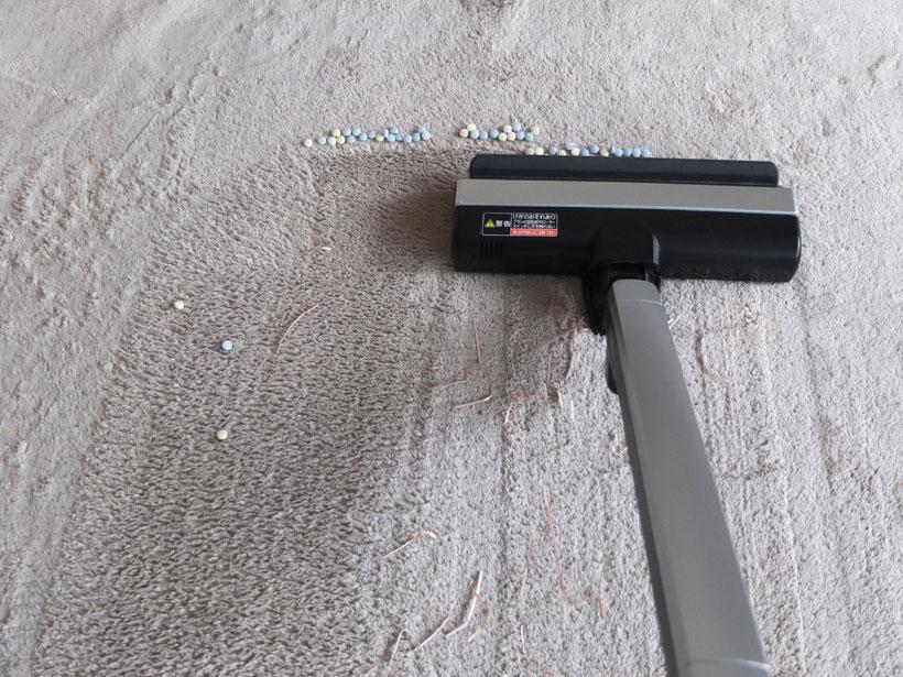 ↑カーペットの掃除終了時。ヘッド前面に、吸い切れなかったタブレットが大量に残っています