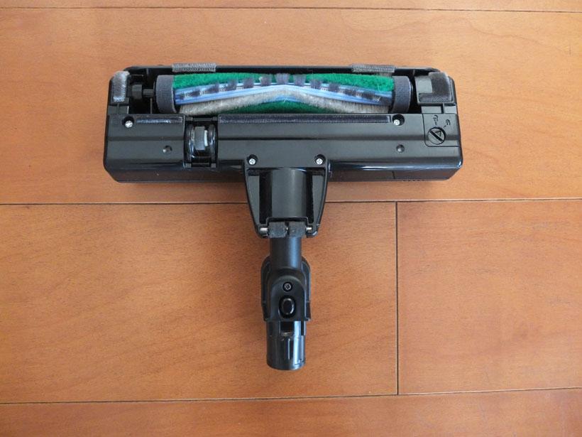 ↑MC-BU500Jのヘッドの裏側。ヘッドはモーター駆動のブラシを搭載。ブラシはパナソニック独自のV字型で、吸引力の強い中央部にゴミが集まりやすい構造になっています。フローリングではその効果が表れていたのですが……。吸い込み口の幅は175mmと小型になっています