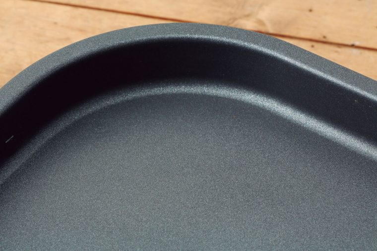 ↑サーモスタット付きで温度は240℃に固定。小型なのでプレート全体に熱が入り、食材に火が均一に通る