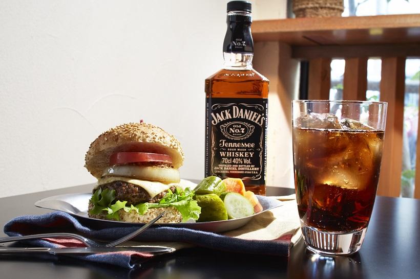 ↑「ジャック ダニエル」をカクテルにするなら、爽やかな甘味の際立つウイスキーコークが米国の大定番です。肉汁あふれるワイルドなハンバーガーがベストマッチ!