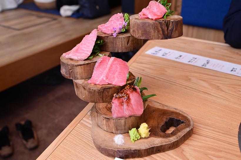 ↑牛肉刺し盛り合わせ 5種/1人前890円(写真は2人前)。和牛ミスジ、ハラミ、和牛ヘッドバラ(カルビのこと)、ハツ、タンが一皿に
