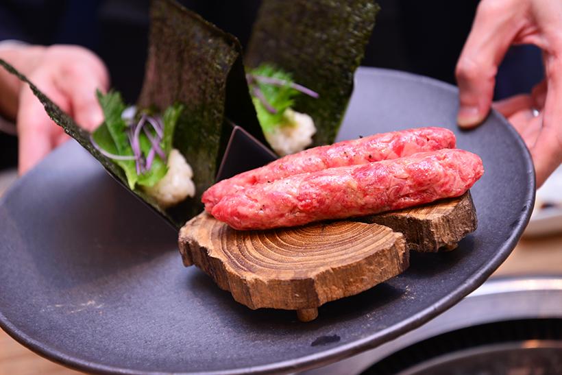 ↑牛つくね/1貫360円(写真は2貫)。手切りした牛肉によるつくねは、さながら粗挽きビーフハンバーグ