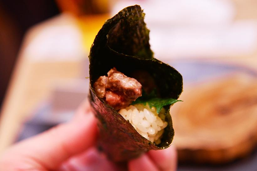 ↑牛つくねの焼き加減は好みで、手巻きスタイルで食す「巻きずし」