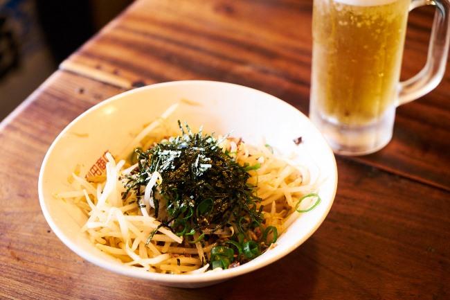 こちらが最初にオーダーすべき、もやしくずチャ~シュ~(¥480)。ラーメンに使われるもち豚チャーシューの切れ端と、シャキシャキのもやしに海苔の香りが好アクセント。これ以外のつまみは日替わりです。キンキンに冷えた生ビ~ル(¥500)をグイっと!