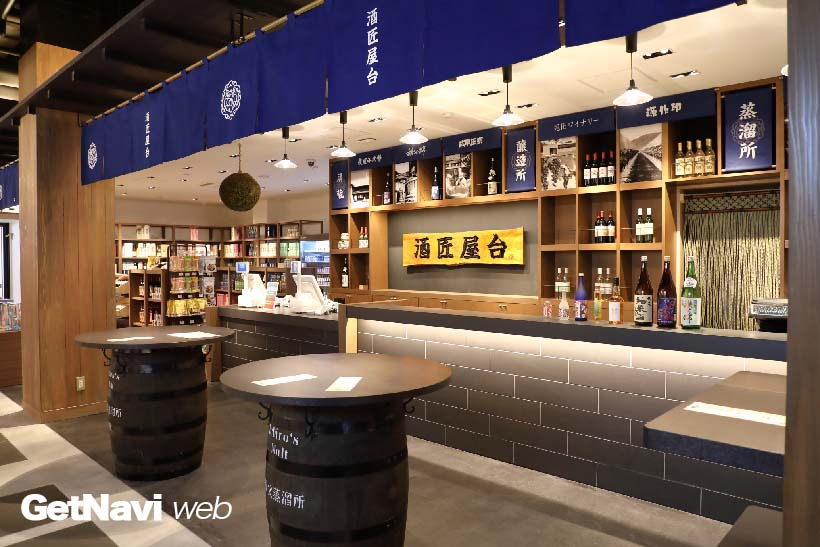 ↑秩父の日本酒、ワインなどが用意された「酒匠屋台」。ちょい呑みコーナーもある