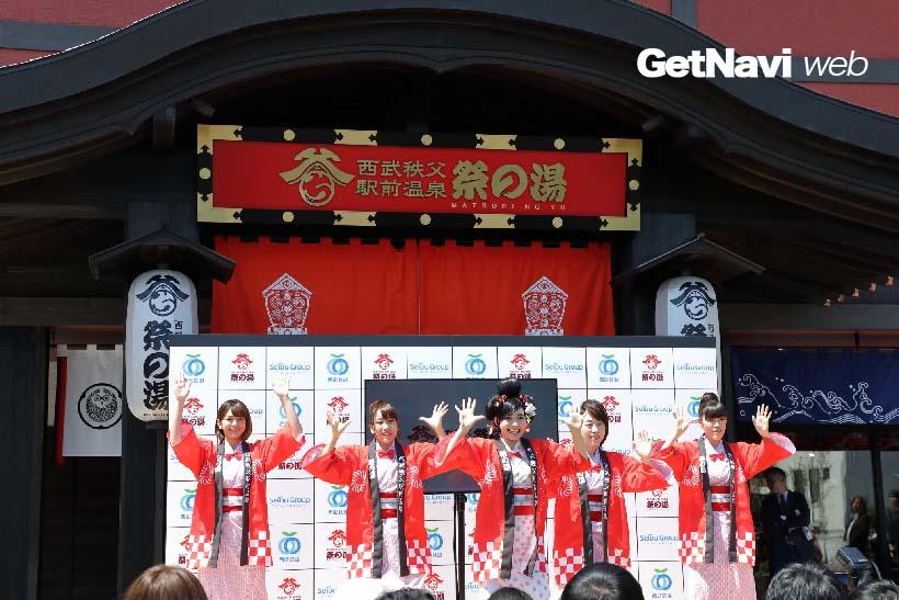 ↑オープン前に開かれた内覧会では、タレントのジャスミンと祭りの湯ガールズが「祭の湯音頭」の振り付けを披露した