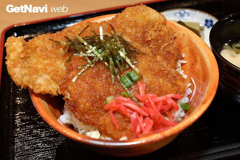 ↑秩父の名物わらじかつ丼。「並」は950円で丼に入り切らない大きさのかつが2枚のっている