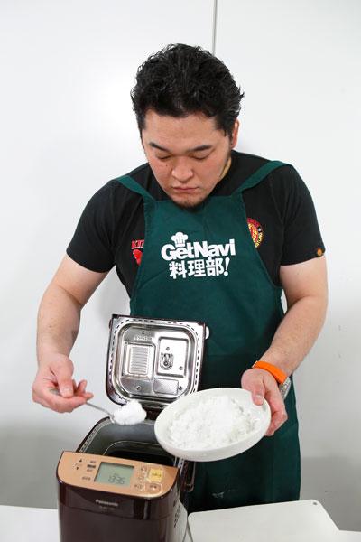 ↑材料を次々と放り込みながら「うちにもホームベーカリーはあるけど、これでケーキを作るのは初めてかもしれません」とコメント。やっぱりホームベーカリーも持ってるんですね……