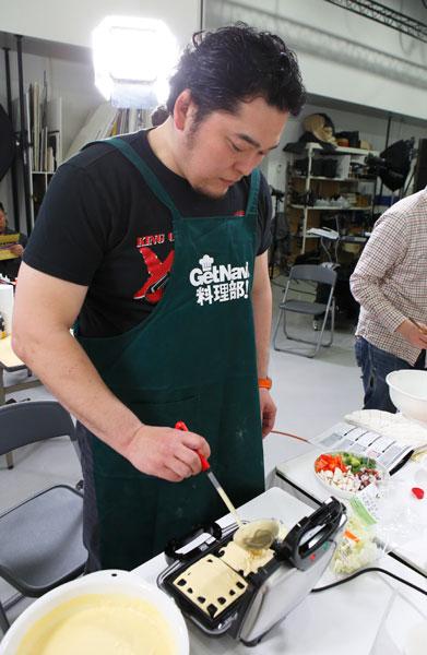 ↑「実はワッフルメーカーも自宅にあるんです。たまに朝ご飯に焼いて食べているからワッフルを焼くのは上手いです!」と話す矢野選手。その調理経験の豊富さには驚かされるばかり