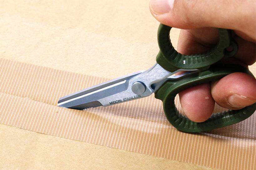 ↑ギザ刃は開梱に便利なオープナー