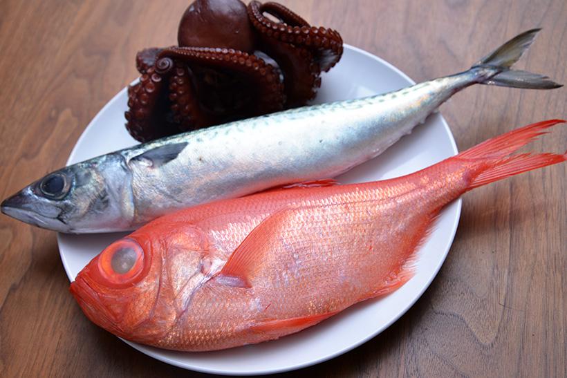 ↑購入した魚介類。手前から金目鯛(千葉産)980円、真サバ(三重産)300円、ボイル真ダコ(岩手産)600円