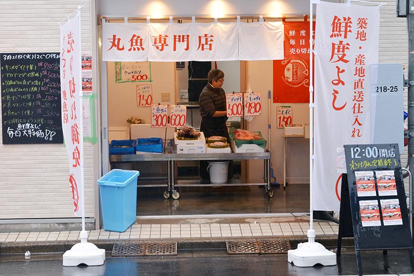 ↑おかしらやの外観。5坪という限られたスペースの店内は販売のみで、調理加工のエリアを持たず、包丁などの調理道具もありません
