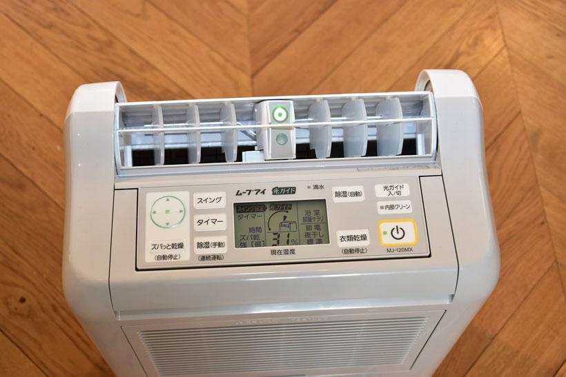 ↑本体右奥にある「光ガイド入/切」ボタンを押せば光ガイドのオン・オフを切り替えられる