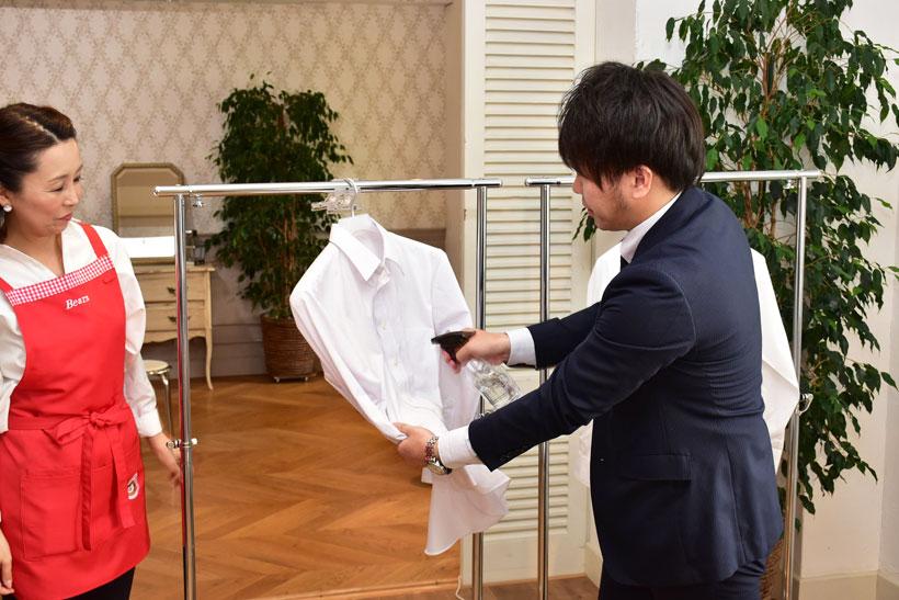 ↑霧吹きで左のワイシャツにだけ水を吹きかけている