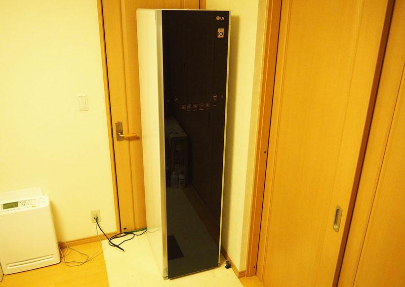 ↑細長い高級冷蔵庫か、ロッカーのような外観のLG Styler。本体サイズは幅445×奥行き585×高さ1850mmと結構な大きさがあります