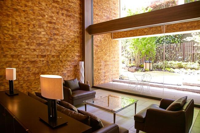 エントランスフロアにあるロビー。ソファやテーブルが用意され、さながら高級ホテルを連想させます