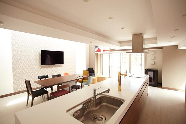 予約制(有料)のパーティルーム。大きなアイランド型キッチンで、料理をつくりながらパーティを楽しむこともできます