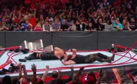 さすがにやりすぎ? アメリカのプロレス『WWE』でリングがぶっ壊れる