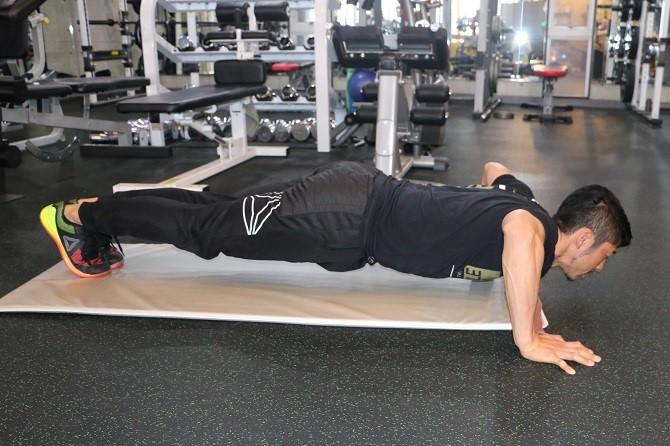 ↑真下に自分のカラダを下ろしてしまうと、肩が突っ張ってしまって胸のトレーニングにならないので注意