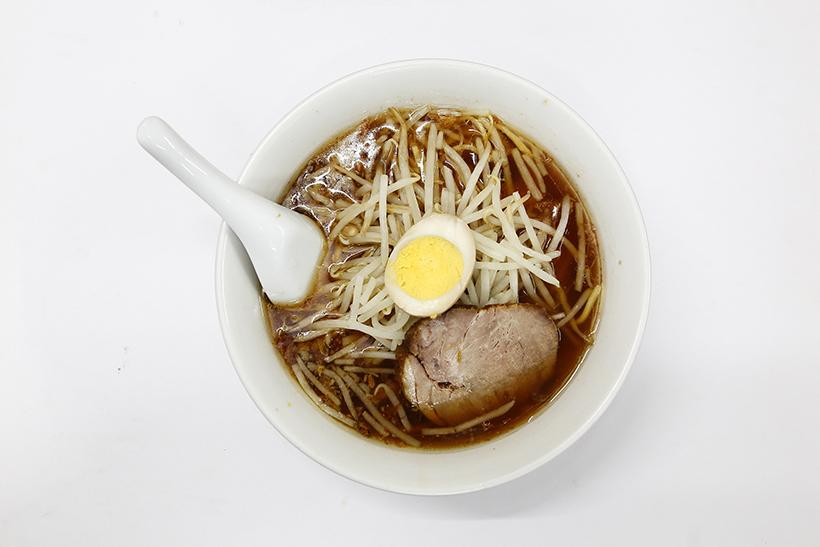 ↑中華麺(700円) 揚げネギをアクセントに使ったのは、台湾出身の初代ならではの大発明。炒めたモヤシが香ばしい「もやし麺」も人気だ