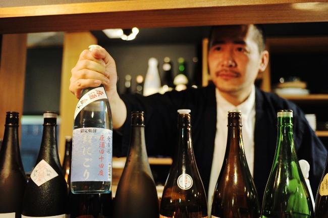 豊永酒造に別注した限定焼酎「麦汁原酒」。アルコール度数44度の原酒を冷凍庫でキンキンに冷やし、ストレートかカクテル(コース料理予約の方のみ)で提供している