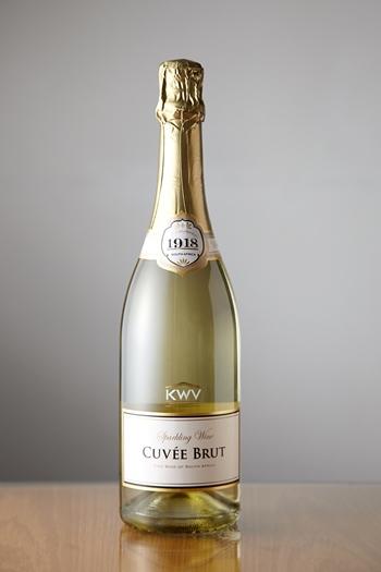 KWV「キュヴェ ブリュット」はシュナン・ブラン種を主体とした、シャープな切れ味を持った辛口のスパークリングワイン。繊細な泡立ちも美しく、フレッシュな果実味も楽しめます。
