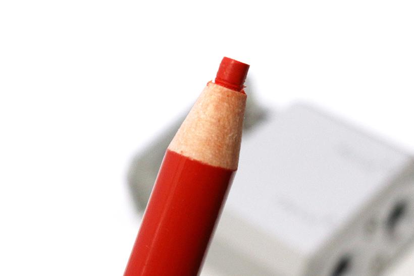 ↑芯先に触れずに削り出すカールカットを施した色鉛筆。ダーマトグラフのようにも見える