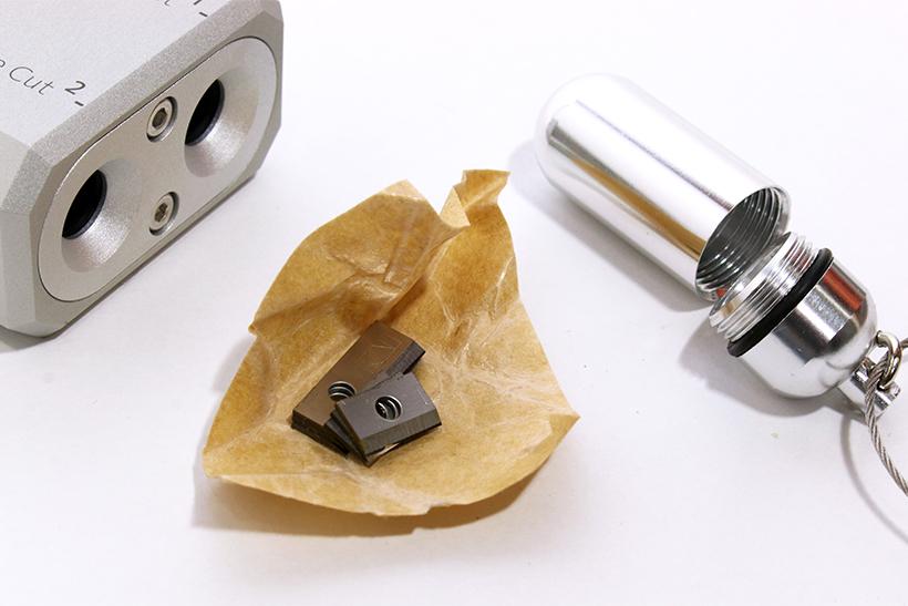 ↑防水カプセルのなかには、油紙で包まれた替え刃が2種類3セット入り。メーカーでは、大きいPre Cut刃は約1000回ぐらいの使用を目安に交換を推奨している。一方、小さいFine Cut刃はその数倍は長持ちするらしい