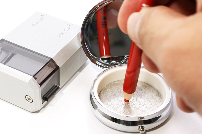 ↑携帯灰皿のような物体は、底面のやすりでカールカットの先端を平らに保つための研芯器