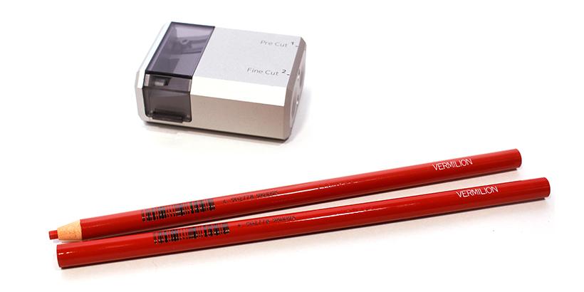 ↑メーカーが公式で推奨する「三菱鉛筆 No.2351朱」が2本付属。1本はすでに削られてあり「このX SHARPENERで実際に削って動作確認しました」という品質保証的なサンプルにもなっている