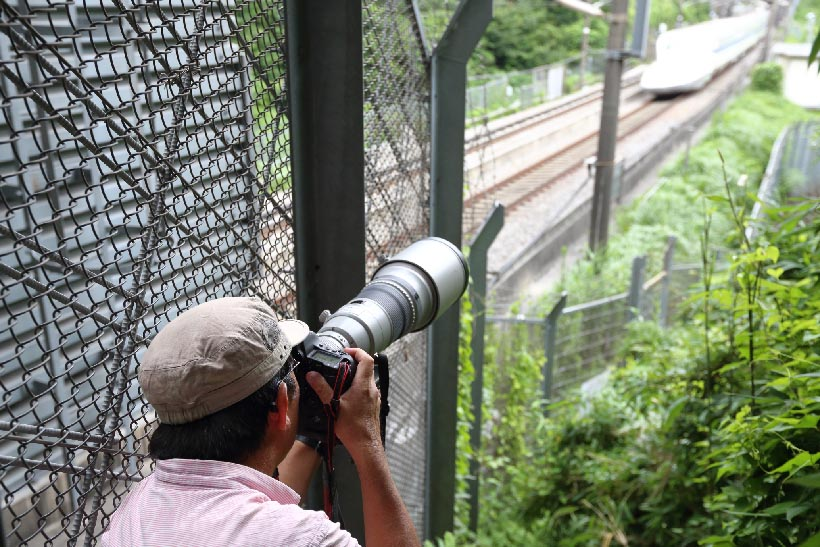 ↑カメラマンが写真を撮る際には、車両はどこならば絵になりカッコ良く撮れるのか、多くの情報に接しつつ理想の撮影場所を探す。立ち位置が少し違うだけでも写真の印象がガラッと変わってしまうため、撮影場所に到着しても、すぐにポイントを決めてカメラを構えるカメラマンは少ない