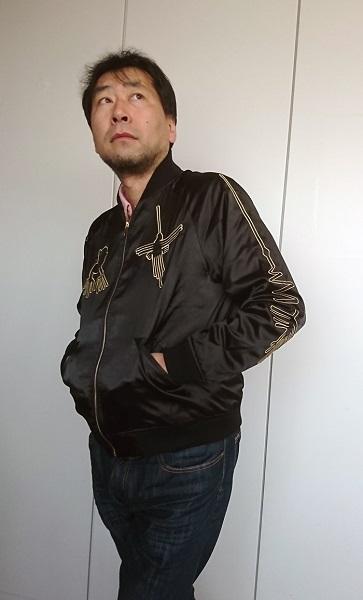 ↑ナスカジャンを着こなす三上編集長。ポージングも完璧だ。はるか遠くのナスカの地上絵の謎に思いを馳せるかのような瞳には何が映っているのだろうか