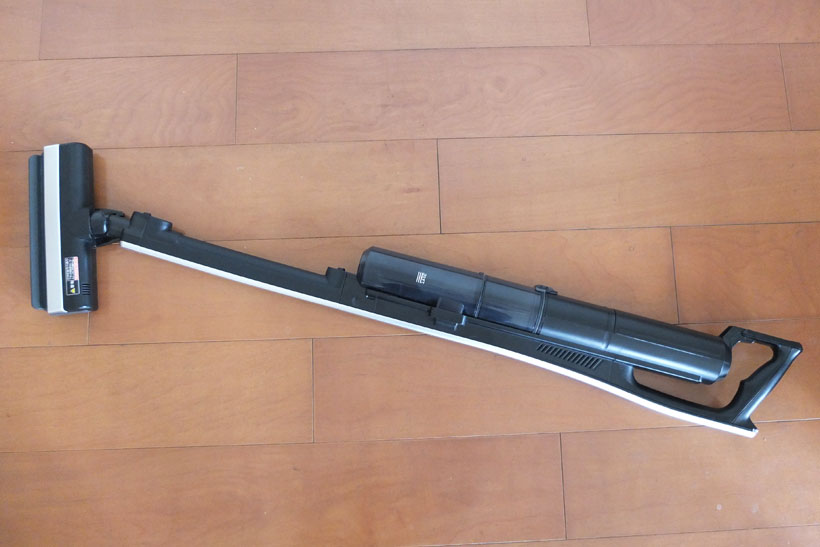 ↑本体を横に捻ることで(写真上)、掃除機本体を完全に床置きしても、ヘッドが浮き上がることなく掃除できます(写真下)