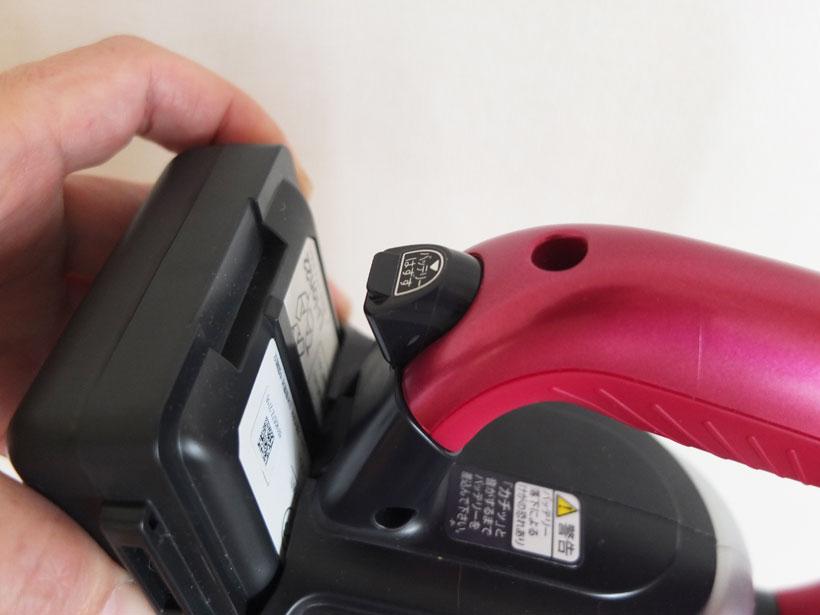 ↑ハンドル後部の「バッテリーはずす」ボタンを押すと、バッテリーが簡単に外せます