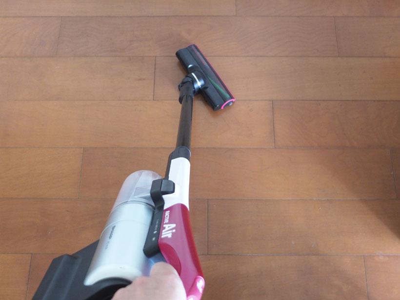 ↑左右の首振り角度はパナソニックMC-BU500Jとほぼ同等。本体が軽いので、モノが多い部屋も快適に掃除できます