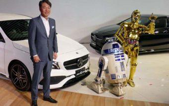 ↑記念写真に臨むメルセデス・ベンツ日本代表取締役社長 上野金太郎さんとC-3PO、R2-D2・ph02