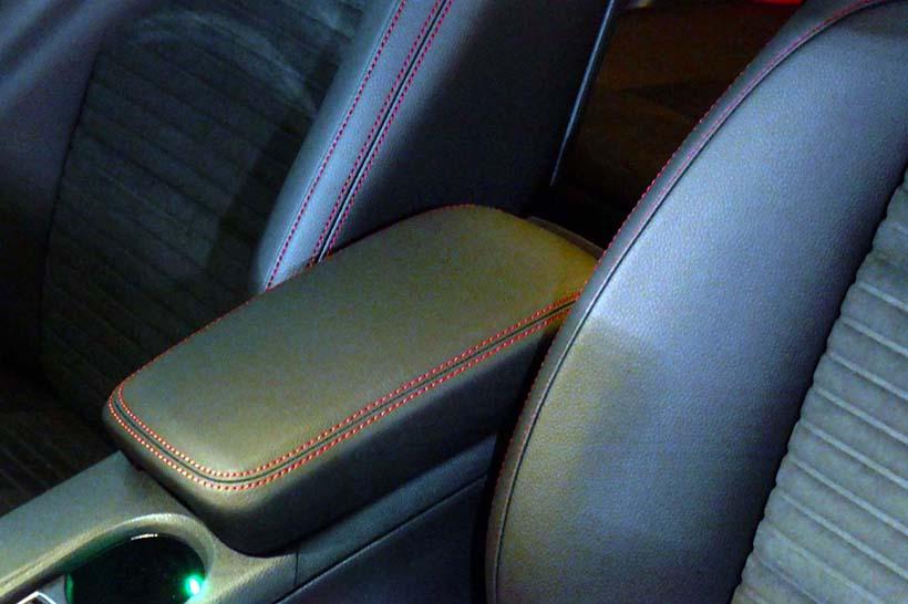 ↑ブラックナイトの内装では、シートステッチやシートベルトに赤色を設定して室内空間にレッドアクセントを際立たせた