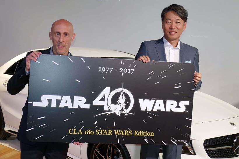 ↑スペシャルコレクターズナンバープレートのイベント用パネルを持つウォルト・ディズニー・ジャパンのゼネラルマネージャー ジャスティン・スカルポーネさん(左)と、メルセデス・ベンツ日本代表取締役社長 上野金太郎さん