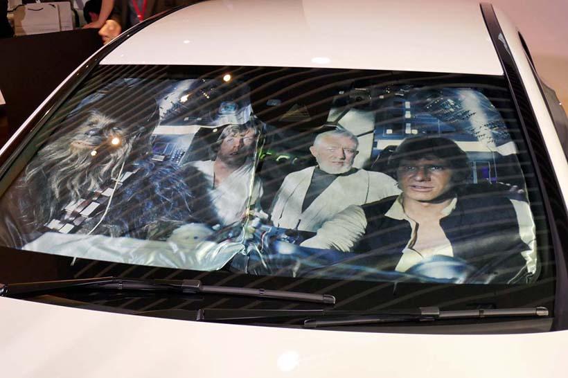 ↑特別仕様車にはスターウォーズに登場したお馴染みの顔ぶれが映るサンシェードを付属