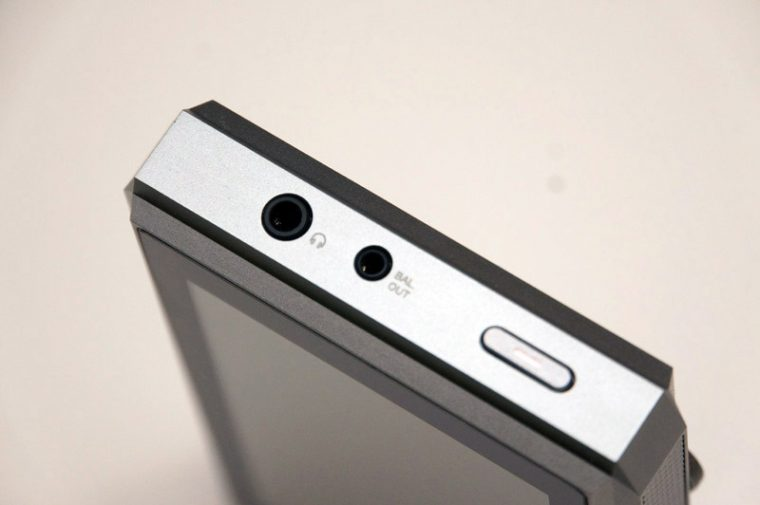 ↑トップには3.5mmの通常のイヤホン端子と2.5mm/4極のバランス端子を搭載している