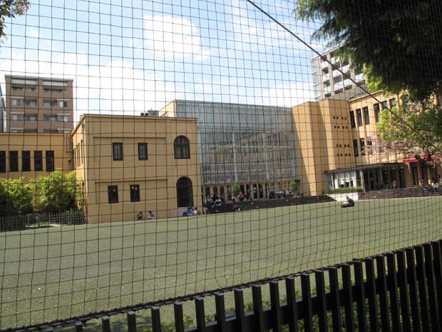 ↑昭和のはじめに建設された龍池小学校の校舎を利用したミュージアム外観。晴れた日には校庭に寝転んでマンガが読めるとか