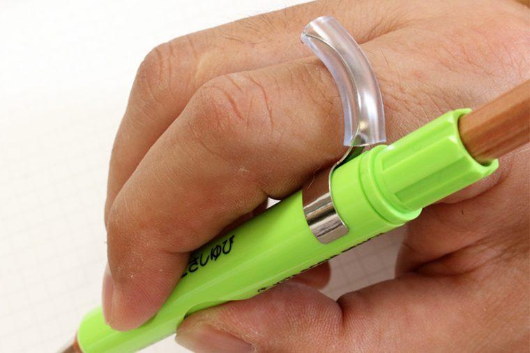 ↑フック状のパーツを人差し指の背に乗せることで、角度も適正に