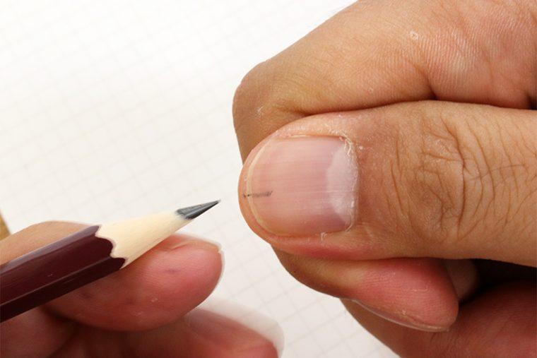 ↑まずは持ち手の親指の爪中央に線を引く