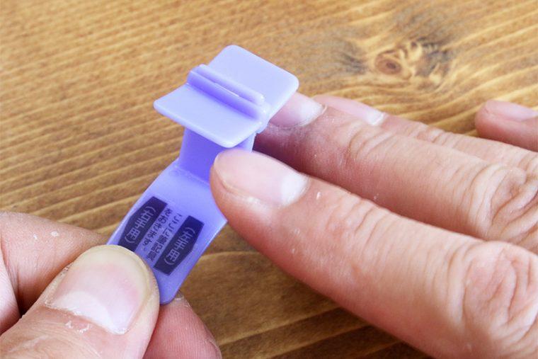 ↑ユビックスは人差し指と中指で挟むように装着