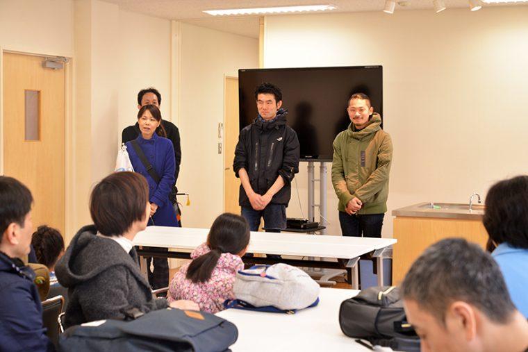 ↑キッチンスタジオで概要を説明。黒いウインドブレーカーを着ているのが魚屋あさいの代表・浅井和浩さん。なお今回はセブン&アイグループの文化教室事業「セブンカルチャークラブ」との共同企画で行われました。参加者は全25名